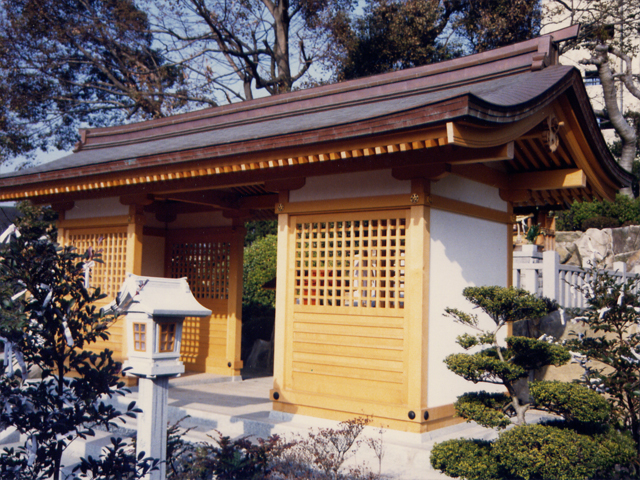 白島稲荷神社 拝殿–屋根勾配のゆるい割拝殿