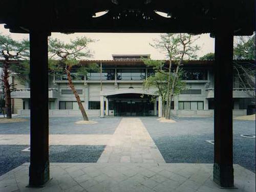 京都市武道センター本館   (平安神宮西隣に在り、風致的配慮を重視)